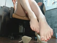 brunette feet fetish foot-fetish high-heels mature nylon office oil
